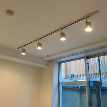 【リビングルーム】ライティングレールにはお好みの照明を。