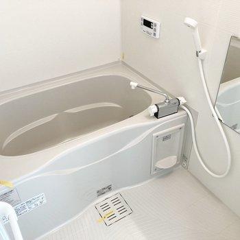 追い炊き、浴室乾燥機付きのバスルームです。