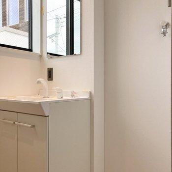 洗面台の隣に洗濯機置き場が並びます。