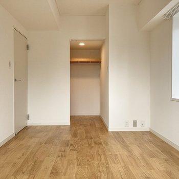 【洋室約6.2帖】ウォークインクローゼットには扉はありませんが、カーテンレールがついているので目隠しなどを付けても◎