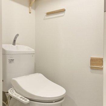 トイレ上部にはペーパーのストックなどをしまっておける棚や、タオル掛けも付いています。