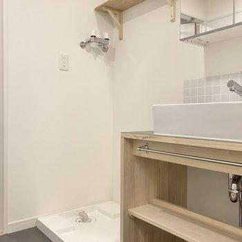 洗濯機置き場の上部には棚がついています。