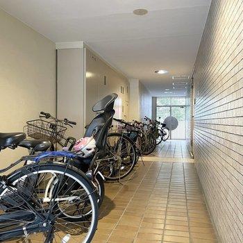 駐輪場は雨の心配がいらない屋内。