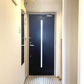 玄関は白タイル張りです