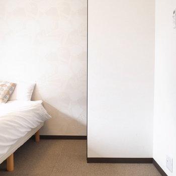 ベッドサイドの幅はこれくらい。そんなに狭くはありませんでした。