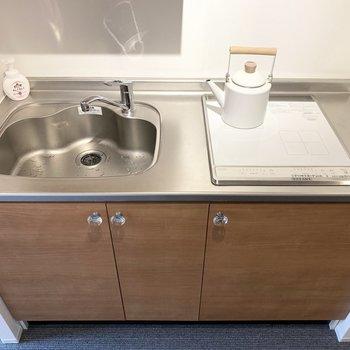 居室と同じタイプのキッチン。2口IHコンロです。