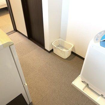 洗濯機の目の前にはカゴも置けます。