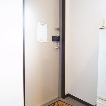 玄関はたたきが無く、マットを敷くタイプです!