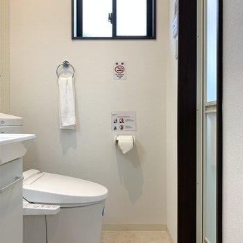 こちらが洗面脱衣所。ちいさな窓がついています。