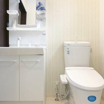洗面台とトイレはおとなりです。ウォシュレットつき!