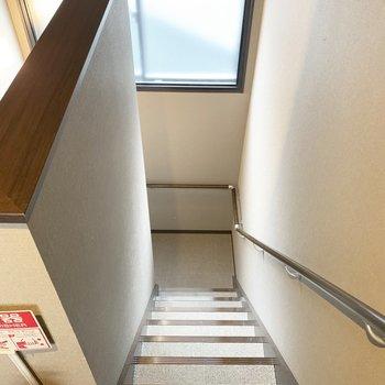 【共用部】上り下りしやすい階段で。幅はひとり分くらい。
