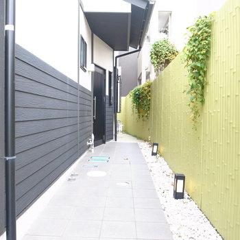 【共用部】アプローチは竹垣に玉石と、和風なのがなんだかホッとしますね。