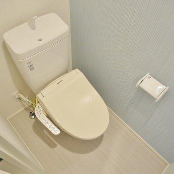 ポイントクロスが可愛いトイレ。※写真は2階反転間取りのもの