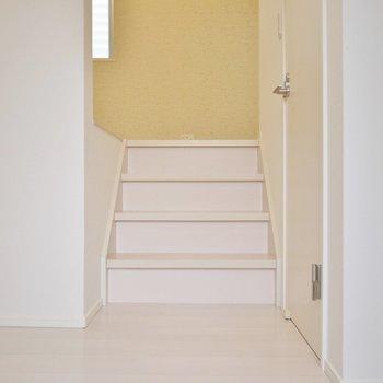 この小さい階段を上るとリビング!※写真は2階反転間取りのもの