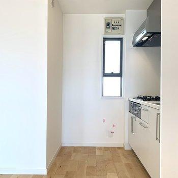 キッチン背面には、家電を置くスペースが十分にありますね。※写真は3階似た間取り別部屋のものです