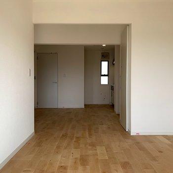 12帖ほどのLDKはダイニングもソファも置けるサイズ感です。※写真は3階似た間取り別部屋のものです