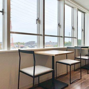5階共用部】朝食は窓際の席で食べるのもよさそう。