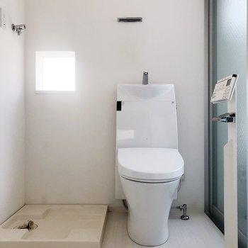 トイレは脱衣所の中に。オールインワンです。(※写真は2階の同間取り別部屋のものです)