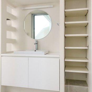まぁるい鏡にキュンとします。(※写真は2階の同間取り別部屋のものです)
