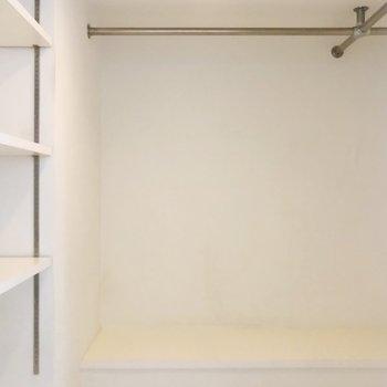 ウォークインクローゼットも完備。洋服がたくさんあっても収納できそう。(※写真は2階の同間取り別部屋のものです)