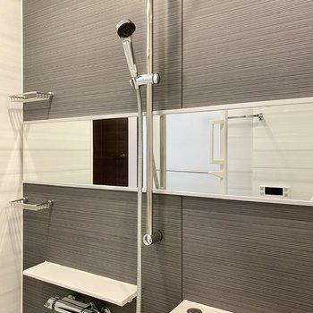 ワイドな鏡が個性的ですね。※写真は2階同間取り別部屋のものです
