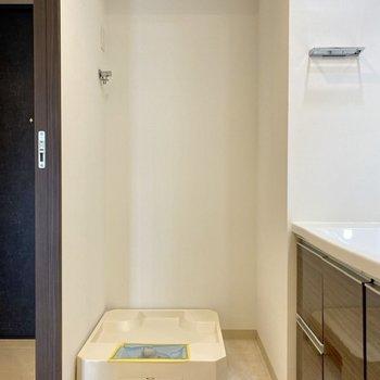 洗濯機置き場は左にありました。※写真は2階同間取り別部屋のものです