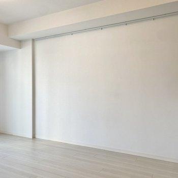 【LDK】こちらにソファやローテーブル等を置けそうです。※写真は2階同間取り別部屋のものです