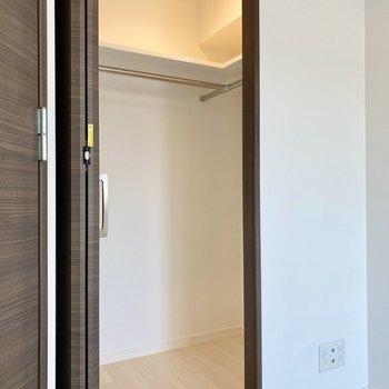 【洋室】L字のウォークインクローゼット。ハンガーを使った収納に適しています。※写真は2階同間取り別部屋のものです
