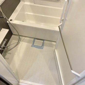 洗い場、浴槽ともに広めです。※写真は2階同間取り別部屋のものです