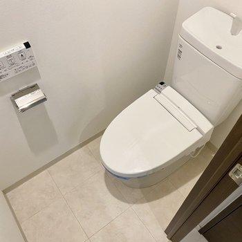 お手洗いは温水洗浄便座付き。※写真は2階同間取り別部屋のものです