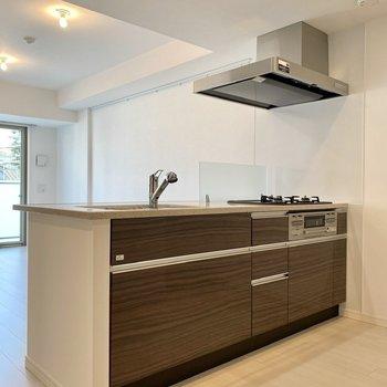 【LDK】ワイドでシックな対面キッチン。※写真は2階同間取り別部屋のものです
