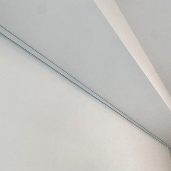 【LDK】ピクチャーレールにはアートや写真を飾れます。※写真は2階同間取り別部屋のものです