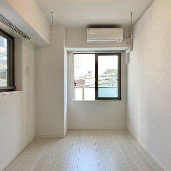 【洋室】2面採光の空間です。※写真は2階同間取り別部屋のものです