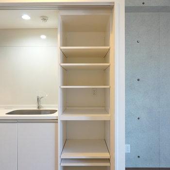 コンセント付きの棚もあるので、ごちゃつきがちな家電周りも隠せます。