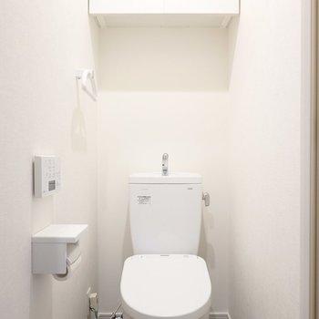 トイレはウォシュレット付き。こちらも収納アリ。