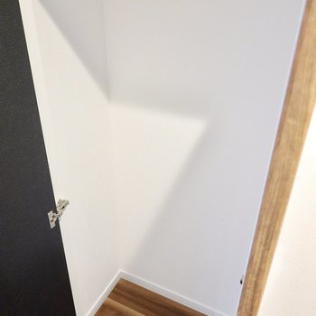 LDK側にはコンパクトな押入れ。掃除道具などの収納に。