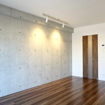 壁際にはライティングレール。スポットライトでアートやテーブルを照らして。