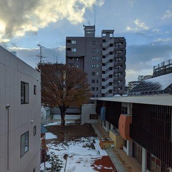 西向き窓からの景色。隣には幼稚園が見えます。