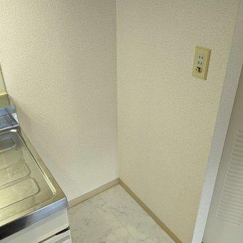 キッチン横に冷蔵庫置場があります。