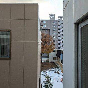 バルコニー西側の景色。隣の建物が近めです。