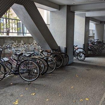駐輪場は屋根があるので、天気が悪くても濡れにくそうです。