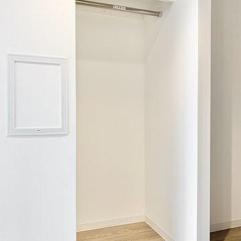 個室】収納ケースを置いて、洋服はまとめてこちらに。