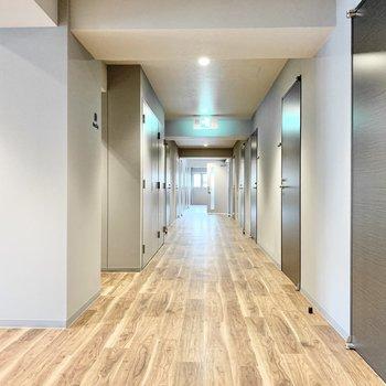 6階共用部】廊下もお部屋と統一感のあるデザインに。