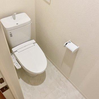お手洗いは温水洗浄便座付き。