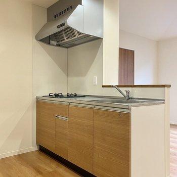【LDK】木目調の充実キッチン。