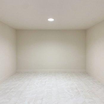 【ロフト】ホワイトで統一されたシンプルな空間。
