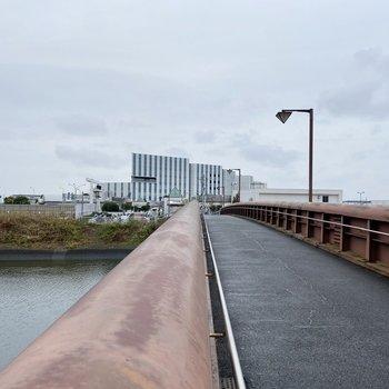 こちらの橋を渡るとすぐに駅につきます。