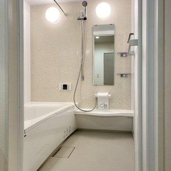 とっても広々とした浴室。乾燥機付きで追い焚きもできます。