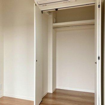 【洋室】クローゼットは縦長で、衣装ケースを積んだりすると空間が上手く使えそうです。