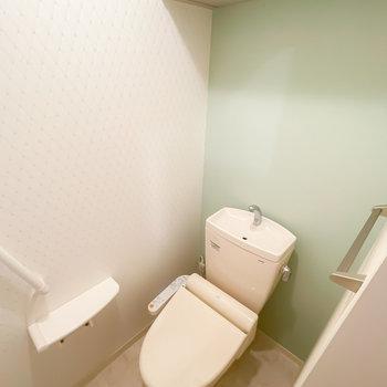 トイレはウォシュレット付き。ここにもエメラルドグリーン!